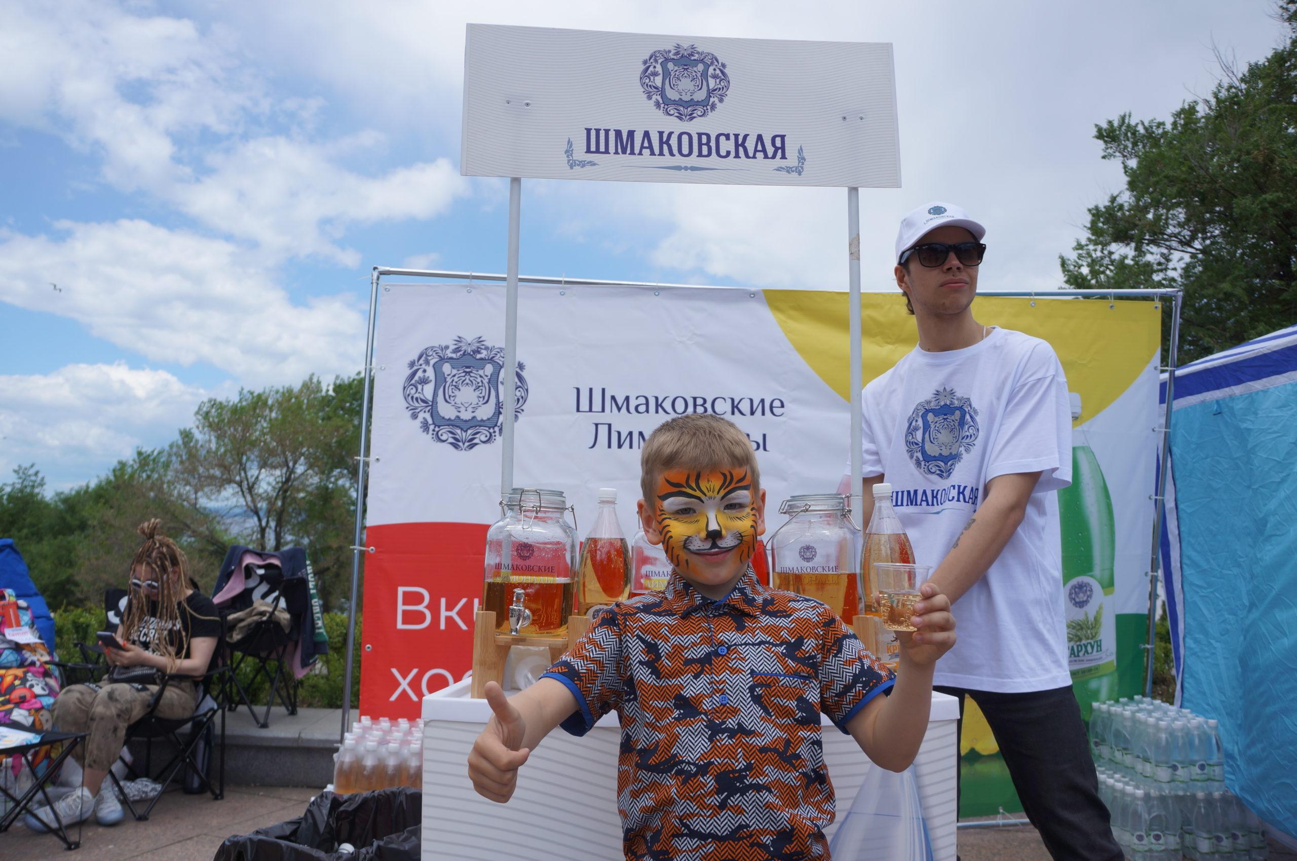 青少年品尝者脸上的喜悦是什马科夫弗斯卡亚碳酸水的最高赞誉
