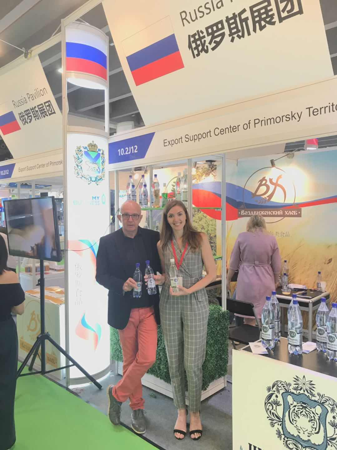 """The world famous water sommelier Michael Mascha after summing up the results of the international water tasting contest decided to visit """"Shmakovskaya"""" stand personally"""